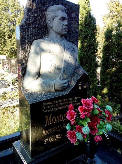 г. Чернигов. Могила дважды Героя Советского Союза Молодчего А.И. на кладбище «Яцево».