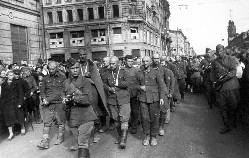 Группа военнопленных гитлеровцев на проспекте 25 Октября Ленинграда. 1942 г.