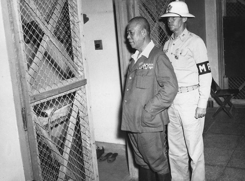 Японский генерал Ямасита Томоюки под конвоем майора военной полиции США во время суда над японскими военными преступниками в Маниле. Ноябрь 1945 г.