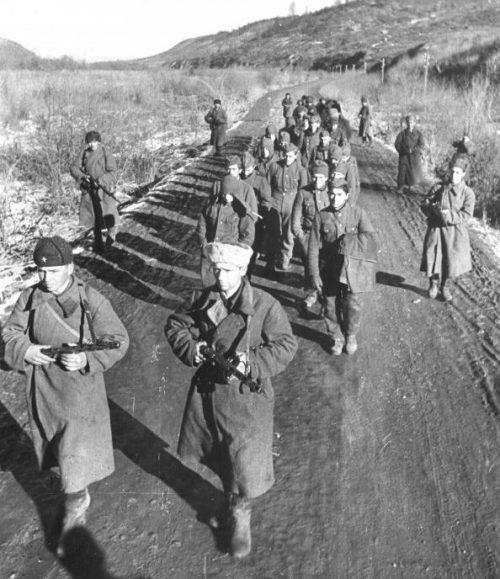 Красноармейцы конвоируют группу немецких солдат, плененных на Кавказе. 1942 г.