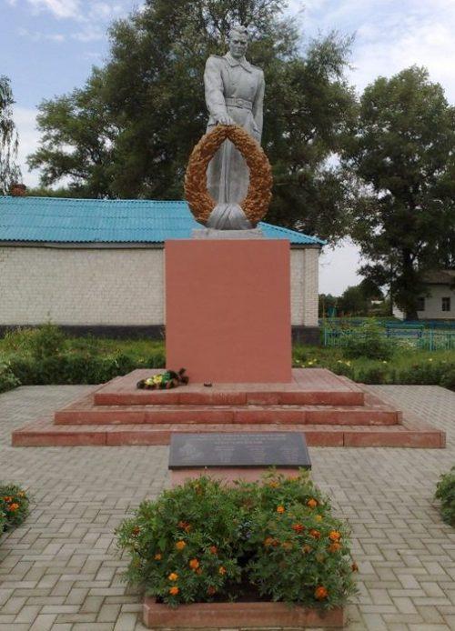 с. Ображиевка Шосткинского р-на. Памятник, установленный на братской могиле офицеров, погибших при освобождении села.