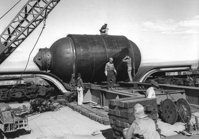 Транспортировка контейнера «Джамбо» к месту подрыва атомной бомбы. Июль 1945 г.
