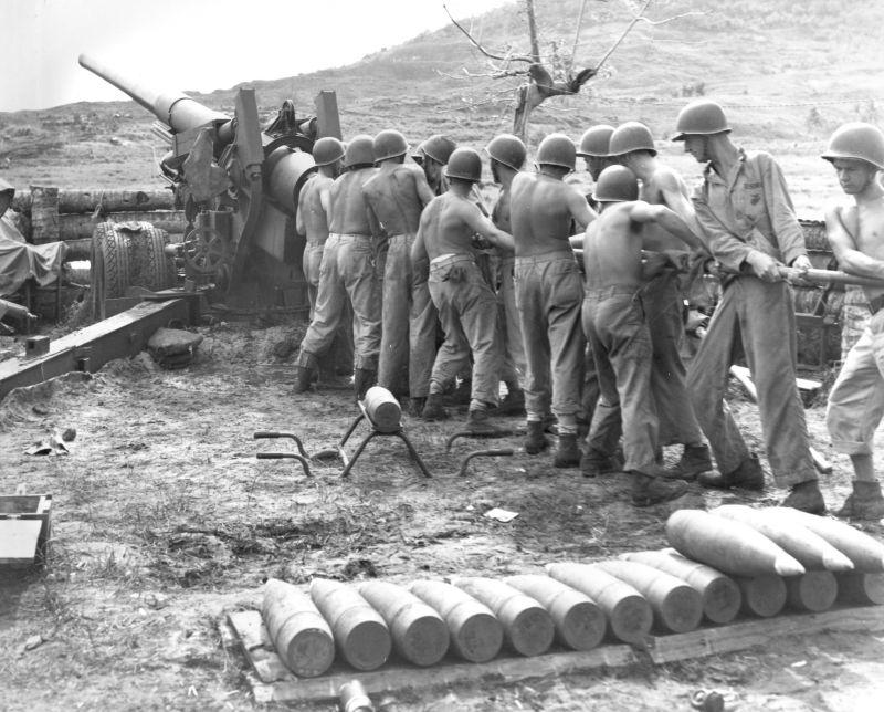Артиллеристы чистят ствол 155-мм орудия M1 «Long Tom» на Гуаме. Август 1944 г.