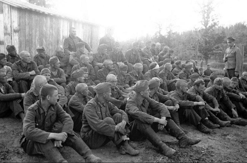 Группа пленных немецких солдат, прибывших в лагерь военнопленных. 1942 г.
