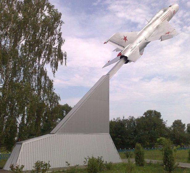 Самолет МиГ-21, установленный в честь уроженца села трижды Героя Советского Союза Кожедуба И.Н.