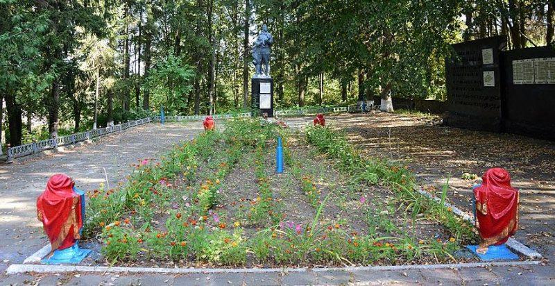 с. Осоевка Краснопольского р-на. Памятник, установленный на братской могиле советских воинов, среди которых похоронен Герой Советского Союза Змислий М.Ф.