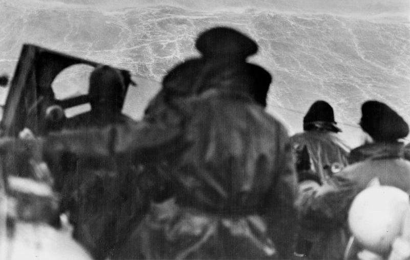 Моряки британского крейсера HMS «Sheffield» на палубе во время сопровождения конвоя JW-53. Февраль 1943 г.
