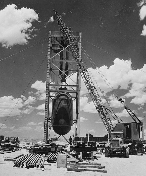 Установка контейнера «Джамбо» перед подрывом атомной бомбы. Июль 1945 г.