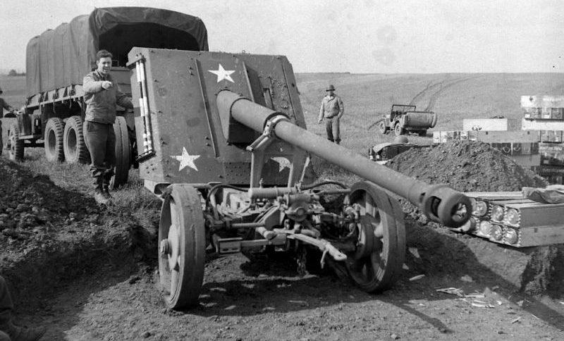 Артиллеристы США с трофейным 88-мм противотанковым орудием вермахта PaK 43 на боевой позиции в районе города Мец. Сентябрь 1944 г.