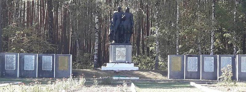 с. Перекоповка Роменского р-на. Братская могила советских активистов, погибших во время гражданской войны и памятник советским воинам.
