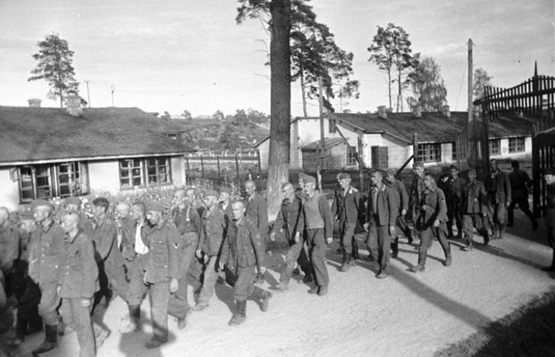 Военнопленные возвращаются в лагерь после работы. 1942 г.
