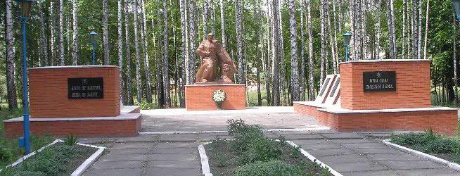 с. Плавинище Роменского р-на. Памятник погибшим односельчанам.