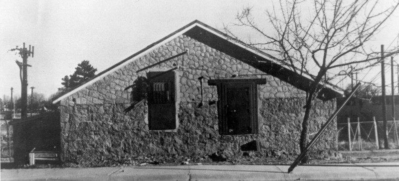 «Ледяной дом», где хранились и собирались некоторые компоненты первой атомной бомбы перед транспортировкой на полигон. Июль 1945 г.