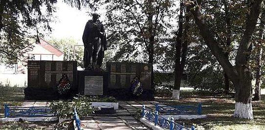 с. Погожа Криница Роменского р-на. Памятник, установленный на братской могиле советских воинов и памятник воинам-землякам.