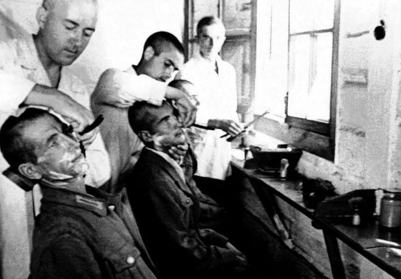 Немецкие военнопленные в лагерной парикмахерской в Челябинской области. 1942 г.
