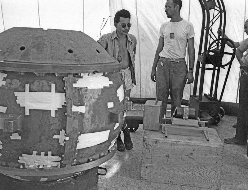 Сборка атомной бомбы «Штучка» для первого испытания. Июль 1945 г.