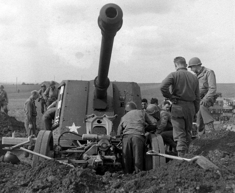 Трофейное немецкое 88-мм противотанковое орудие PaK 43 в районе города Мец, Франция. Сентябрь 1944 года.
