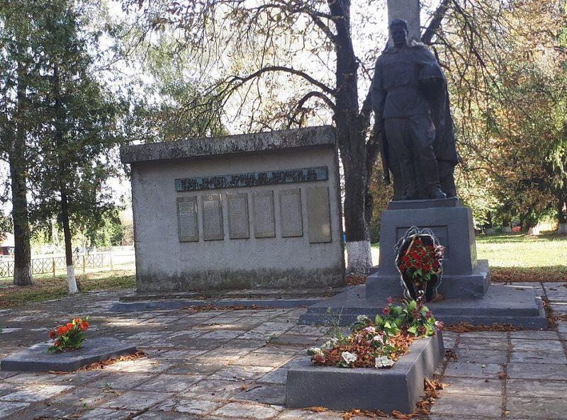 с. Поповщина Роменского р-на. Братская могила советских воинов и памятник воинам-землякам.