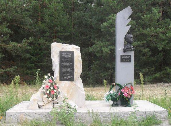 с. Остроушки Шосткинского р-на. Братская могила военнопленных советских бойцов, партизан, подпольщиков и памятник на могиле юного партизана Юлия Сороки.