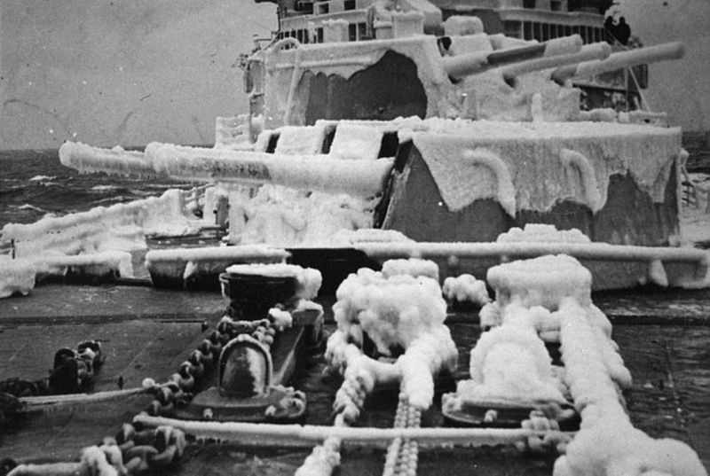 Обледеневший легкий крейсер HMS «Belfast». Конвой JW-54B. Ноябрь 1943 г.
