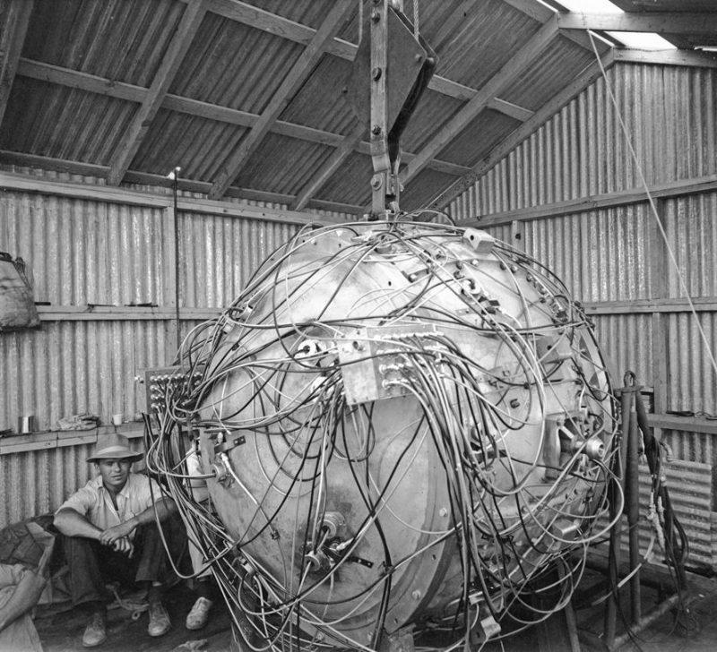 Атомная бомба «Штучка» во время подготовки для ядерных испытаний на полигоне Аламогордо с детонаторами диагностическим оборудованием. 15 июля 1945 г.