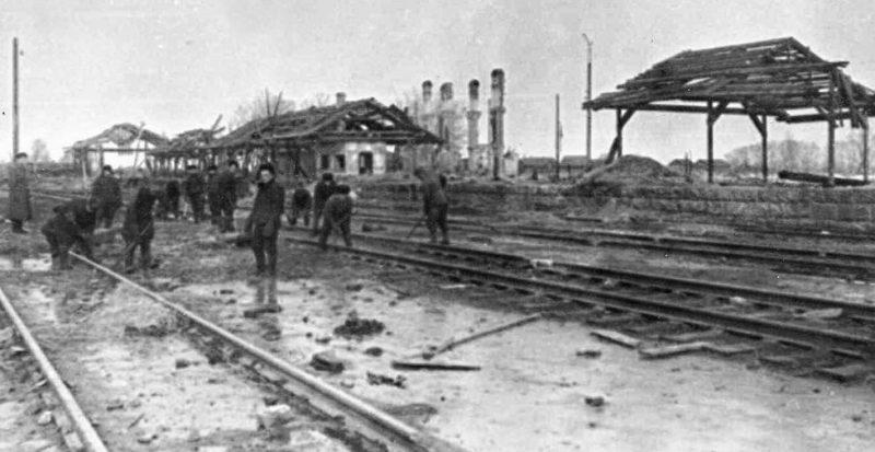 Разрушения на станции Гжатск. 1943 г.