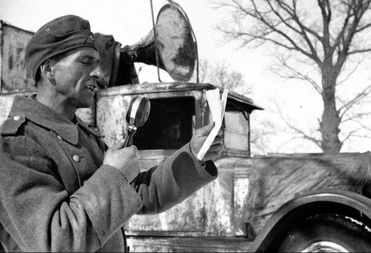Пленный солдат немецких войск Макс Скиба читает перед микрофоном своё обращение к солдатам 1-ой роты с призывом переходить на сторону Красной Армии. 1942 г.