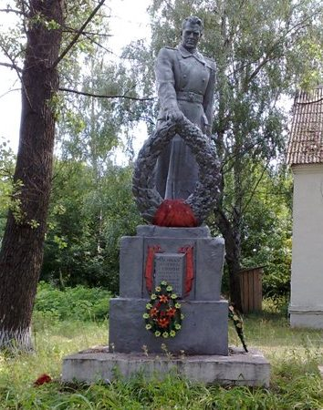 с. Остроушки Шосткинского р-на. Памятник, установленный на братской могиле, в которой похоронено 50 советских воинов, погибших при освобождении села в сентябре 1943 г.