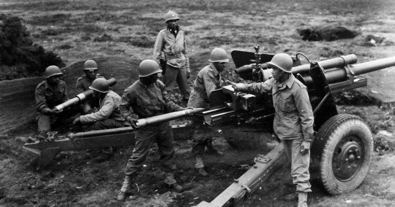 Американские артиллеристы во время тренировки на 76,2-мм противотанковой пушке М5 в Великобритании. Сентябрь 1944 г.