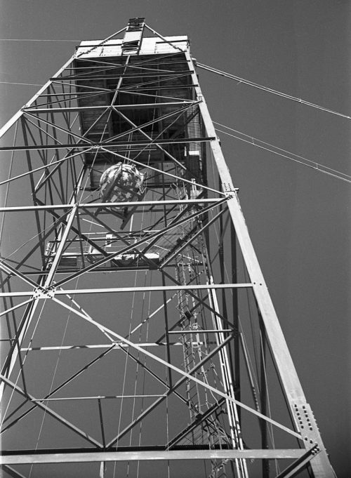 Подъем атомной бомбы «Штучка» на вышку для подрыва во время испытания. 15 июля 1945 г.