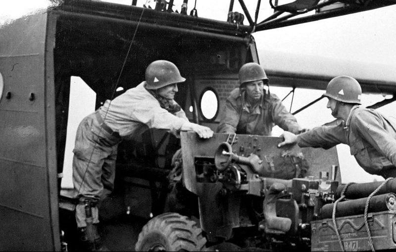 Артиллеристы загружают 57-мм противотанковое орудие в транспортно-десантный планер WACO CG-4A «Hadrian» для участия в высадке в Голландии. Сентябрь 1944 г.