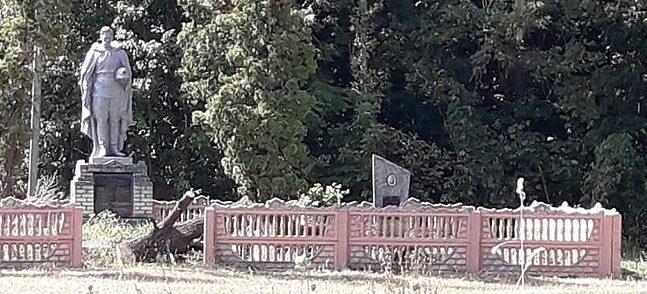 с. Пустовойтовка Роменского р-на. Братская могила советских воинов на кладбище.
