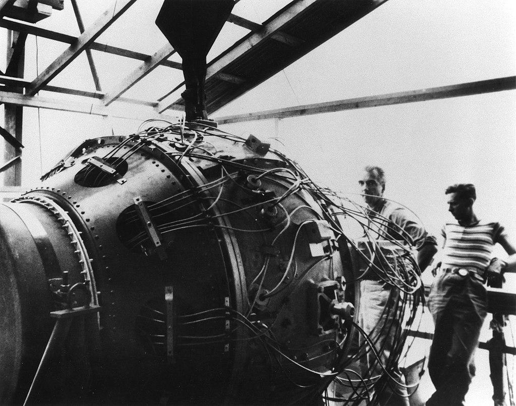 Атомная бомба «Штучка» мощностью в 19 килотонн на вышке в ожидании подрыва. 15 июля 1945 г.