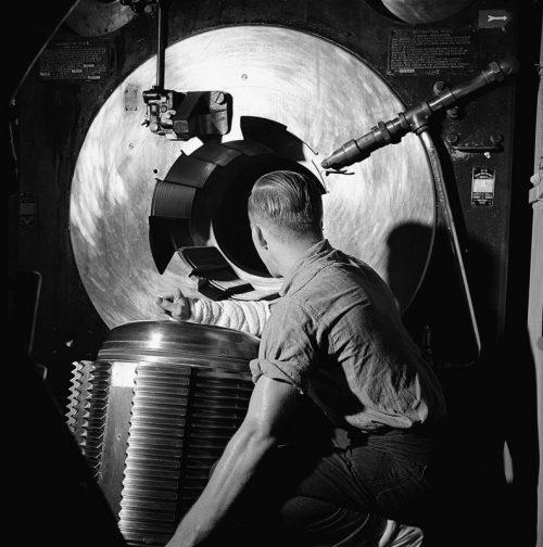 Матрос у 406-мм орудия главного калибра линкора «Нью-Джерси». Ноябрь 1944 г.