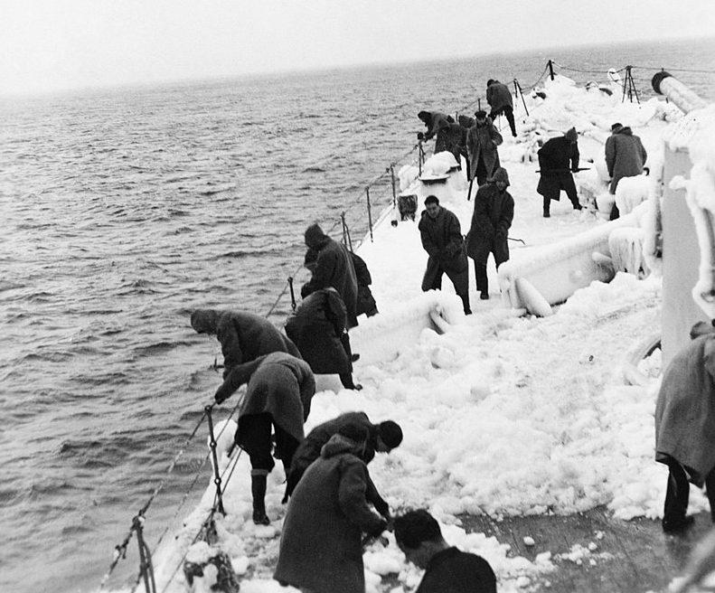 Моряки расчищают снег и лед на HMS «Belfast». Конвой JW-54B. Ноябрь 1943 г.