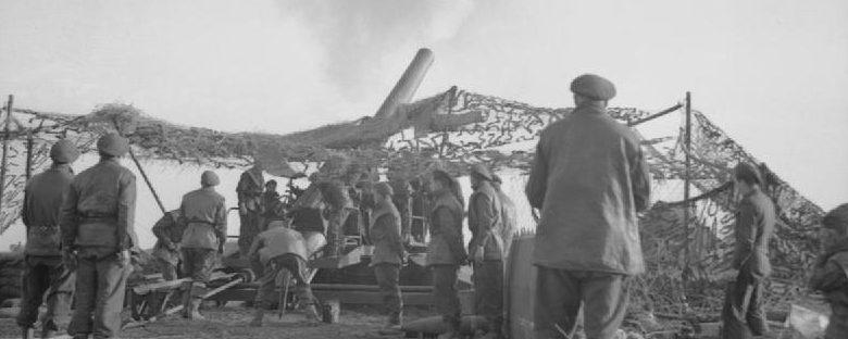 240-мм гаубица ведет огонь в поддержку атаки 15-й дивизии на Блерик. Декабрь 1944 г.