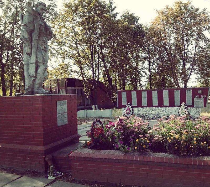 с. Рогинцы Роменского р-на. Памятник, установленный на братской могиле воинов, погибших при освобождении села и памятный знак погибшим односельчанам.