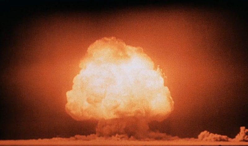 Грибовидное облако через несколько секунд после детонации первой атомной бомбы на полигоне Аламогордо. 16 июля 1945 г.