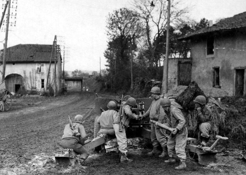 Американские артиллеристы у 3-дюймовой пушки M5 в районе Меца. Декабрь 1944 г.