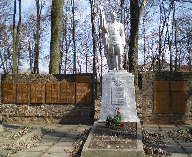 г. Ромны. Воинский мемориал советским воинам и землякам.