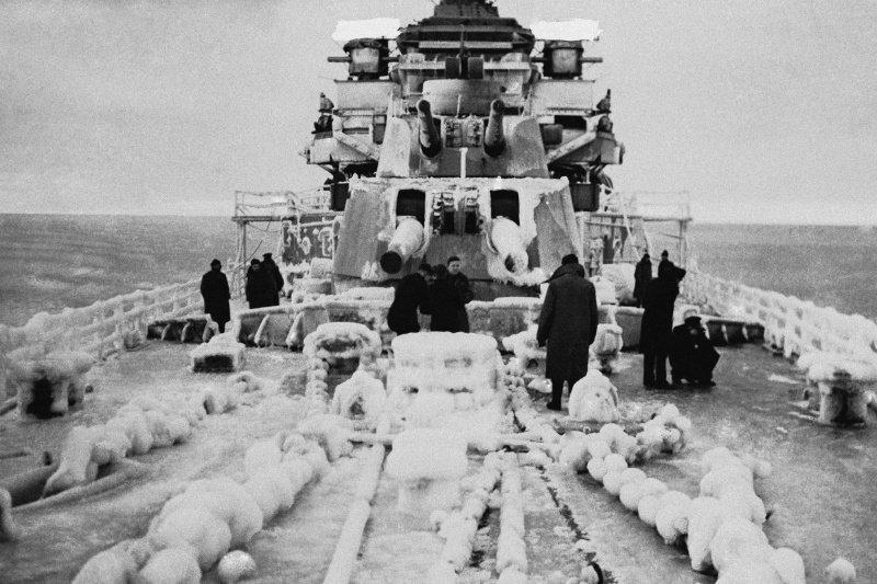 Британские моряки на палубе крейсера «Бервик». Декабрь 1943 г.