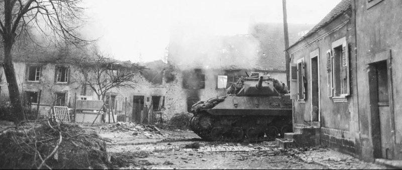 Американская 76,2-мм САУ M10 «Вулверин» во время боевых действий на улице города Мец. Декабрь 1944 г.