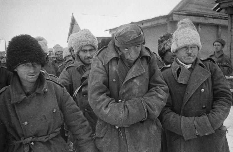 Колонна румынских военнопленных, взятых в плен в районе станицы Распопинской под городом Калачом. 1942 г.