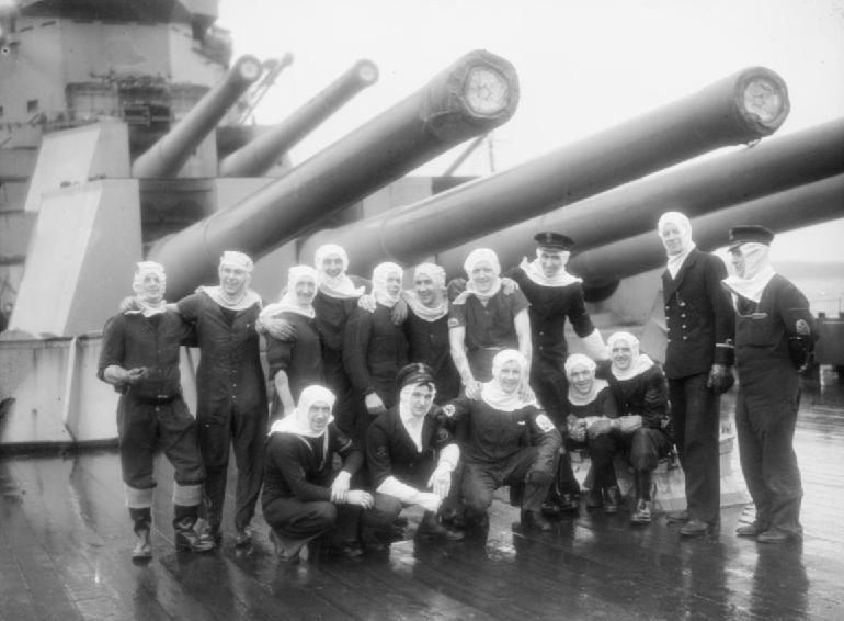 Орудийные расчеты линкора HMS «Duke of York» под 14-дюймовыми орудиями корабля в Скапа-Флоу после гибели немецкого линкора «Шарнхорст». Декабрь 1943 г.