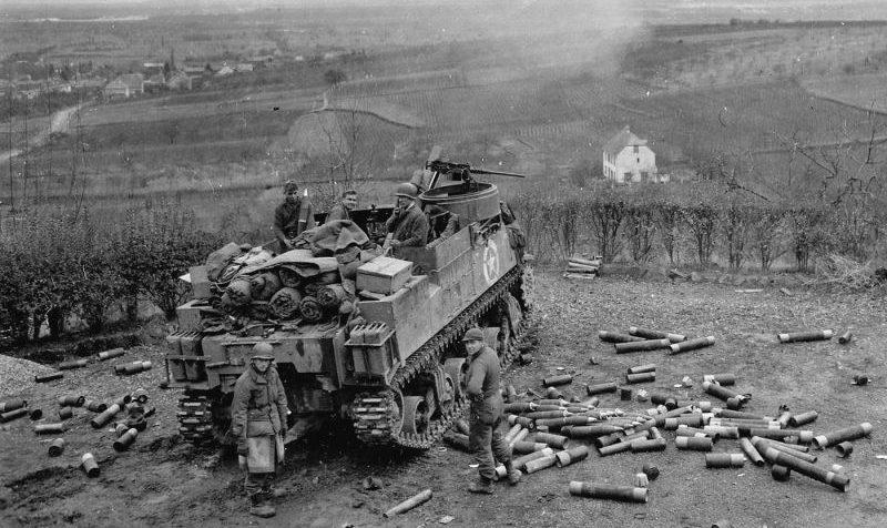 Самоходная гаубица М7 «Прист» на позиции у Рибовилле, Франция. Декабрь 1944 г.