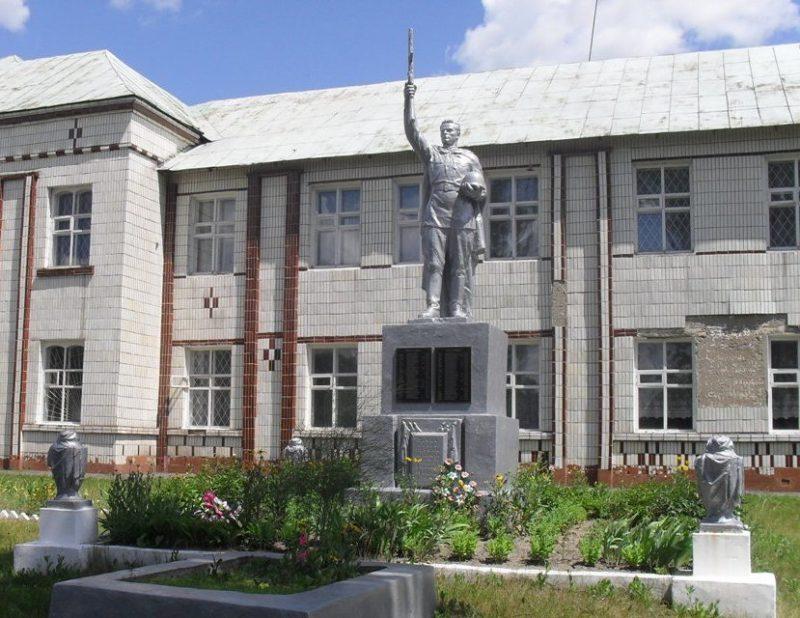 с. Погребки (Коротченково) Шосткинского р-на. Братская могила советских воинов во дворе школы.