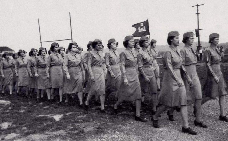 Отряд WAC марширует в Ок-Ридж. Август 1945 г.