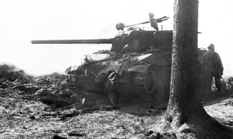 76 мм САУ М18 Hellcat, подбитая во время немецкого наступления в Арденнах. Декабрь 1944 г.
