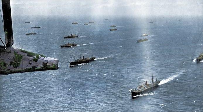 Караван транспортных судов следует под охраной военных кораблей Северного флота. 1943 г.