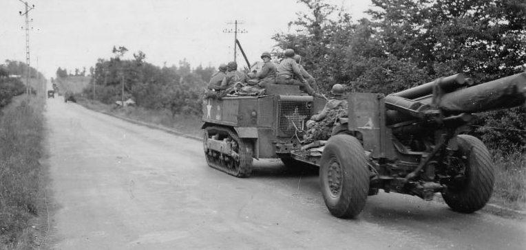 Трактор М4 буксирует 203-мм гаубицу М1 по дороге во Франции. 1944 г.